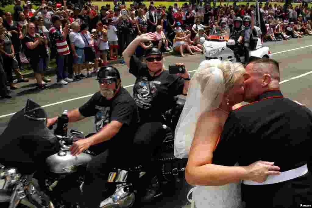 Tim Chambers, mais conhecido por Lone Marine, cumprimenta todos os anos a passeata de mota, RollingThunder, em Washington DC. Este ano trouxe a sua noiva Lorraine Heist