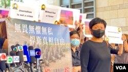 香港電台外判編導蔡玉玲因製作7-21元朗事件一周年電視特輯,透過車牌查冊搜證,被控作出虛假陳述罪名成立,成為首位因查冊被檢控及定罪的記者 (美國之音湯惠芸)
