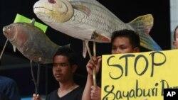 Dân làng Thái Lan biểu tình phản đối việc xây dựng con đập Xayaburi trên sông Mekong.