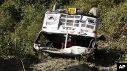 ایک موڑ پر ڈرائیور بظاہر بس پر قابو نا رکھ سکا اور وہ 40 میٹر نیچے جا گری۔