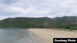 Bãi Chuối. Khu vực Bãi Chuối có hình dạng giống như một cái âu tàu tự nhiên khổng lồ – một bãi biển hoang sơ nằm lọt thỏm giữa hai dải núi hai bên.