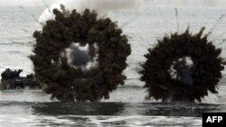 Южнокорейские катера под прикрытием дымовой завесы подходят к берегу для высадки десанта во время учений. Южная Корея. 29 марта 2007 года