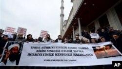 """Sebuah kelompok pro Islam di Turki membentangkan spanduk berbunyi """"Jika kebebasan berpendapat tidak dibatasi, maka bersiaplah akan kebebasan kami dalam melakukan apa pun."""" Mereka mendoakan Cherif dan Said Kouachi, dua bersaudara yang melakukan penyerangan ke kantor Charlie Hebdo dan membunuh 12 orang."""
