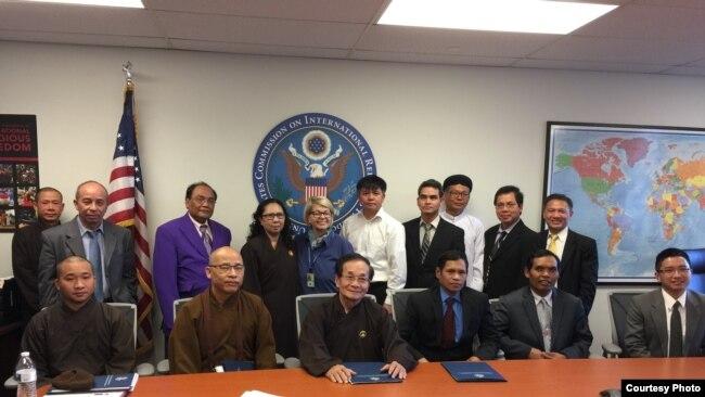 Đoàn đa tôn giáo gặp Uỷ ban Tự do Tôn giáo Quốc tế Hoa Kỳ (USCIRF), ngày 15/5/2017. Ảnh Dương Xuân Lương