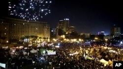 Kembang api menghiasi Lapangan Tahrir saat para pengunjuk rasa menyuarakan protes anti-pemerintah di Kairo (4/12). Sebagian demonstran melanjutkan kemah protes mereka di lapangan ini dan di depan istana presiden sebagai bagian dari desakan warga yang menuntut Presiden Morsi untuk mencabut dekritnya yang kontroversial.