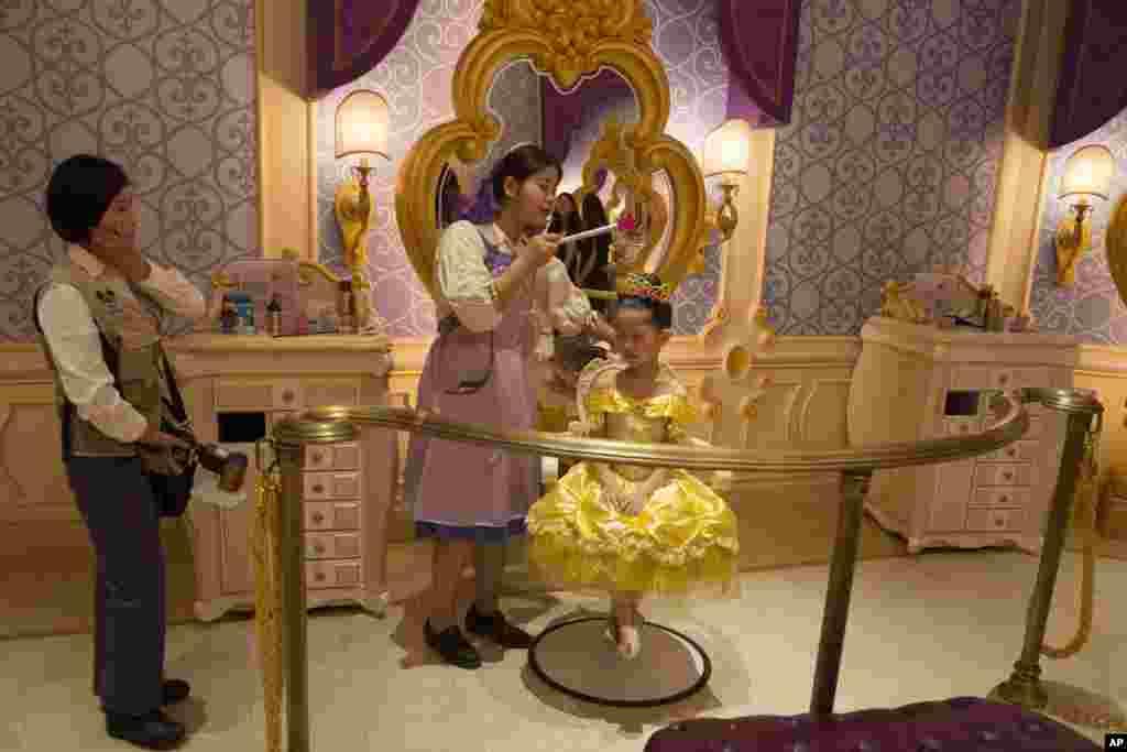 កុមារីជនជាតិទទួលបានការតុបតែងខ្លួនជាបុត្រីសេ្តចនៅឯសួនកំសាន្ត Disney Resort ក្រុងសៀងហៃ ប្រទេសចិន។ ការបើកសម្ពោធសួន Disneyland នៅក្រុងសៀងហៃ បានផ្តល់ «លទ្ធភាពយ៉ាងធំធេង» ដល់ក្រុមហ៊ុន Walt Disney Co. ក្នុងការលើកកម្ពស់ឈ្មោះក្រុមហ៊ុននៅក្នុងទីផ្សារដ៏កកកុញបំផុតនៅលើពិភពលោក នេះបើយោងទៅតាមការថ្លែងរបស់នាយកប្រតិបត្តិក្រុមហ៊ុនមុនពេលការបើកសម្ពោធសួនកំសាន្តដែលមានទំហំទឹកប្រាក់ ៥,៥ ពាន់លានដុល្លារ។