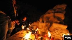 Warga di kota L'Aquila, Italia memperingati setahun gempa yang menewaskan lebih dari 300 orang pada 6 April 2009.