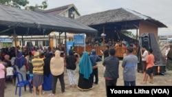 Warga menyaksikan kegiatan peresmian ruang ramah anak Banua Pomore Nu'ngana di Mamboro, Palu Utara, Kota Palu, Sulawesi Tengah, 29 November 2019. (Foto: VOA/Yoanes Litha)