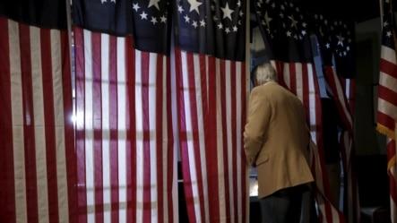 一名新罕布什尔州选民在美国总统大选初选的投票站中参加投票 (2016年2月9日)