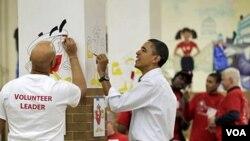Presiden Barack Obama ikut dalam proyek memberi warna pada gambar kartun di sebuah sekolah saat peringatan Hari Martin Luther King Jr., Senin 17 Januari 2011.