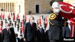 """土耳其总统埃尔多安在安卡拉的国父陵参加""""共和国日""""仪式。(2020年10月29日)"""