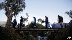 Migrantes se dirigen a un campamento improvisado junto al campamento de Moria, en la isla de Lesbos, Grecia, el 15 de noviembre de 2019.