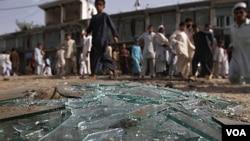 Warga menonton lokasi ledakan bom di provinsi Laghman, Afghanistan (11/6).
