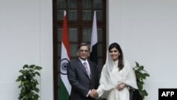 Ngoại trưởng Ấn Ðộ S.M. Krishna (trái) và Tân Ngoại trưởng Pakistan Hina Rabbani Khar của Pakistan tại New Delhi, ngày 27/7/2011