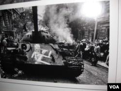 2011年在莫斯科曾举办布拉格之春图片展。其中照片反映当年在布拉格街头被民众烧毁的苏军坦克。