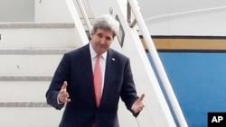 Menlu AS John Kerry saat tiba di bandara militer Ciampino, luar kota Roma, Italy (6/3). Saat ini Menlu AS telah berada di Aqaba untuk bertemu Raja Yordania, Abdullah (7/3).