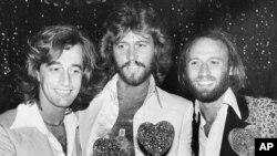 از چپ به راست: رابین، بری و موریس گیب، گروه بی جیز در سال ۱۹۷۸
