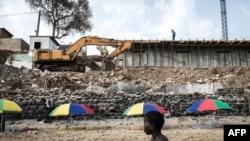 Un jeune garçon sénégalais sur la célèbre plage des Mammelles devant un nouveau chantier à Dakar, le 27 juin 2020.