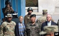 한국을 방문한 렉스 틸러슨 미국 국무장관(오른쪽)이 17일 빈센트 브룩스 미한연합사령관, 임호영 미한연합사부사령관(오른쪽 두번째) 등과 판문점을 방문한 가운데, 뒤쪽에서 북한 군인이 틸러슨 장관 일행의 사진을 찍고 있다.