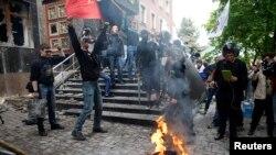 2014年5月1日顿涅茨克检察官办公室外的亲俄活动分子