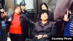 明经国辩护律师迟夙生被迫坐在法庭门口 (维权网图片)