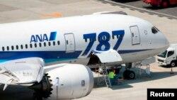Máy bay Boering 787 Dreamliner của hãng hàng không ANA tại phi trường Okayama ở Nhật Bản.
