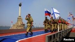 Marinir Rusia melakukan parade pada Hari Angkatan Laut di Sevastopol, Krimea akhir bulan lalu (foto: dok).