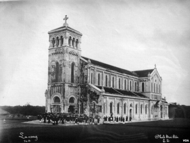 Nhà thờ cổ Đức Mẹ La Vang trước chiến tranh còn nguyên vẹn. [tư liệu LM Nguyên Thanh]
