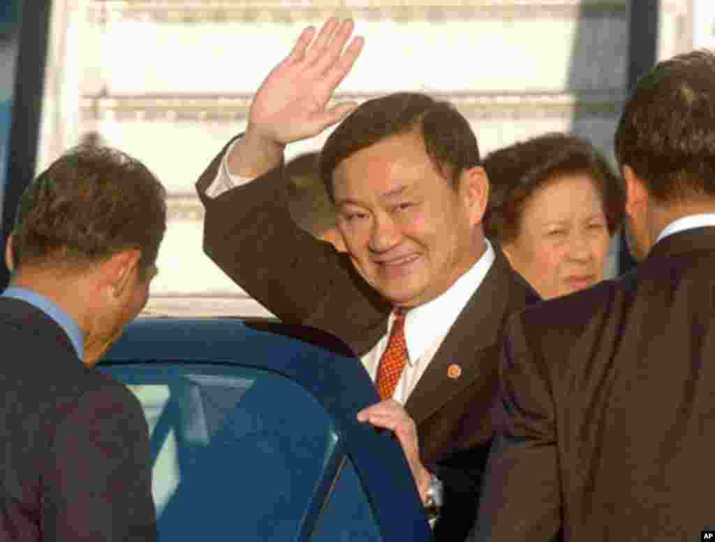 Thai Prime Minister Thaksin Shinawatra lands at Gatwick Airport, near London 20 September 2006, after having flown into the United Kingdom from New York.
