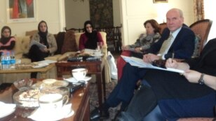 سفیر امریکا در کابل  در نشستی  با شماری از زنان خبرنگار گفت هم اکنون یک صد پروژه در نقاط مختلف افغانستان در حال تطبیق است