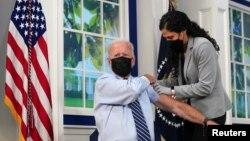 Presidenti Biden përvesh mëngën për të marrë vaksinën e tretë ndaj COVID-19ës në Shtëpinë e Bardhë (27 shtator 2021)