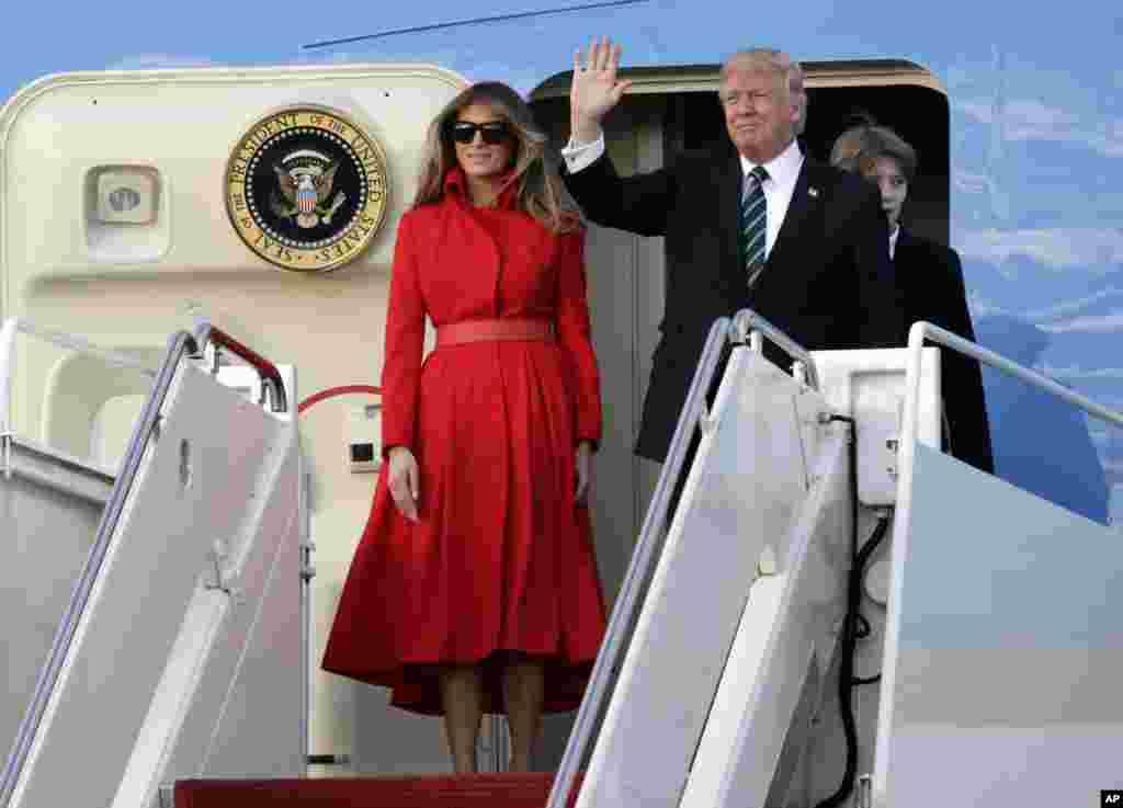 Президент Дональд Трамп с первой леди Меланией и сыном Бэрроном прибыл в Палм-Бич, штат Флорида, чтобы провести выходные в своей резеденции. 17 марта 2017 года