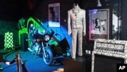 Kostum dan sepeda motor Prince dipamerkan di kediaman Prince, Paisley Park di Chanhassen, Minnesota, 2 November 2016.