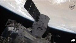 국제우주정거장에서의 임무를 완수하고 지구로 귀환 중인 민간 우주선 드래곤 캡슐.