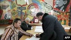 Giới chức bầu cử giúp cử tri tại một địa điểm bỏ phiếu ở thành phố Stavropol, miền nam Nga, ngày 13/3/2011