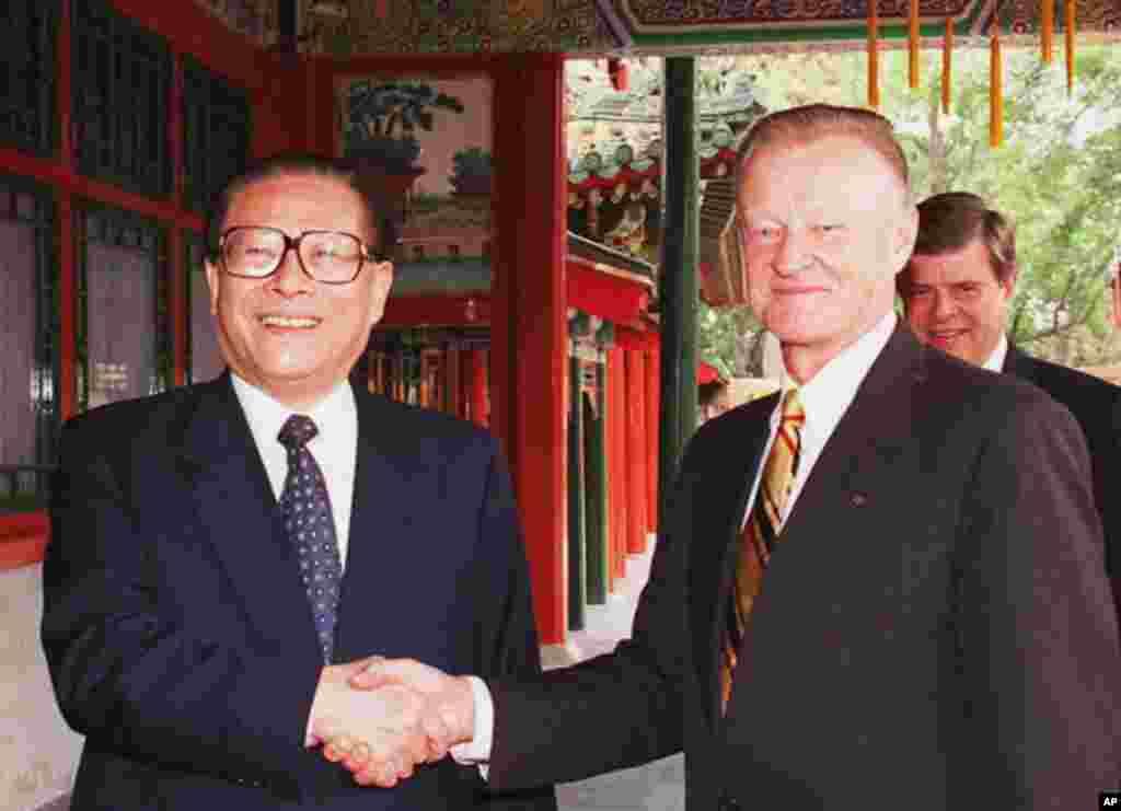 1997年6月5日,中国主席江泽民在北京中南海和美国前国家安全顾问布热津斯基握手。 布热津斯基崇尚实用主义外交政策,在冷战时期主张美国联合中国对抗苏联。他认为,美中关系是美国最重要的三、四对双边关系之一,是中国最重要的三对双边关系之一。他倡导美中建立两国集团(G2)。