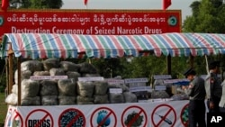 Aneka jenis narkoba yang akan dihancurkan oleh polisi di Yangon, Burma. (Foto: Dok)