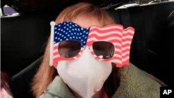 200 ciudadanos estadounidenses fueron evacuados de la ciudad de Wuhan por el gobierno de su país, el martes 28 de enero. Todos los repatriados estarán en observación médica en una base militar en Californa. Foto AP.