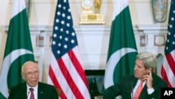 美国国务卿克里和巴基斯坦外交顾问阿齐兹在美巴战略会谈中(2016年2月29日)