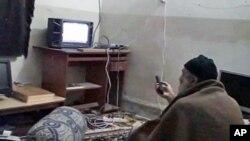 Osama bin Laden gleda televiziju u svom kompleksu u Abottabedu