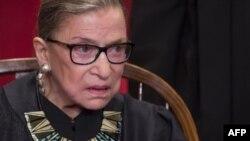 La jueza de la Corte Suprema, Ruth Bader Ginsburg, de 85 años cayó en su oficina el miércoles y fue hospitalizada el jueves.