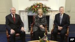 Ngoại trưởng Mỹ Hillary Rodham Clinton (giữa) ngồi cùng với bộ trưởng Thứ Nhất Peter Robinson (phải) và phó bộ trưởng Thứ Nhất Martin McGuinness ở Belfast.