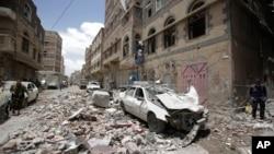 یمن کے صعدہ صوبے میں سعودی اتحاد کے فضائی حملوں کے بعد عمارتوں کا ملبہ بکھرا نظر آ رہا ہے۔ 16 مئی 2019