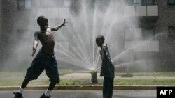 Trẻ em chơi đùa gần một vòi phun nước vì thời tiết nóng bức