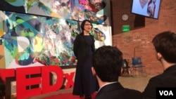 지난 10일 존스홉킨스대 머드 홀에서 열린 테드 강연에서 천미나 교수가 강연하고 있다.