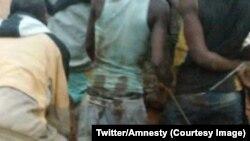Une vidéo non datée montrant des policiers maltraitant des dizaines de civils dans un village en flammes, dans la commune d'Antsakabary, à Madagascar, 16 mars 2018. (Twitter/Amnesty)