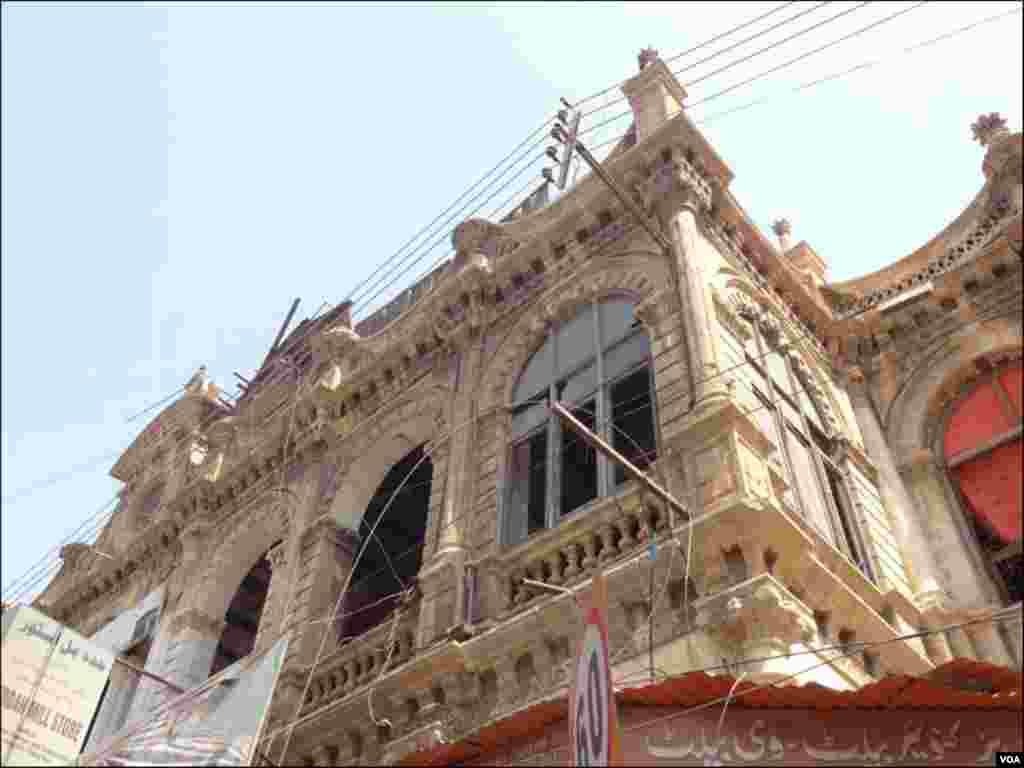 برصغیر دور سے قبل قائم کی گئی یہ عمارتیں لگ بھگ ڈیڑھ سو سال پرانی ہیں