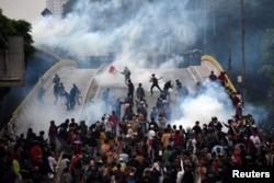 Para pelajar bentrok dengan polisi dalam unjuk rasa di Jakarta, 25 September 2019. (Foto: Antara/Indrianto Eko Suwarso via Reuters)