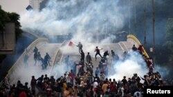 Para mahasiswa bentrok dengan polisi dalam unjuk rasa di Jakarta, 25 September 2019. (Foto: Antara/Reuters)