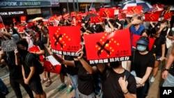 Tư liệu - Người biểu tình giơ biểu ngữ chống Trung Quốc ở Hong Kong trong một cuộc tập hợp ngày 29 tháng 9, 2019.